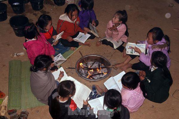Buốt lạnh vì rét, học sinh miền núi đốt củi sưởi ấm học bài