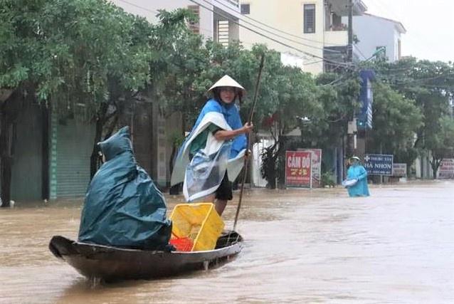 Hàng nghìn ngôi nhà ở miền Trung bị ngập, học sinh nghỉ học do mưa lũ