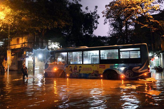 Mưa lớn ở Hà Nội, cây đổ đè ôtô