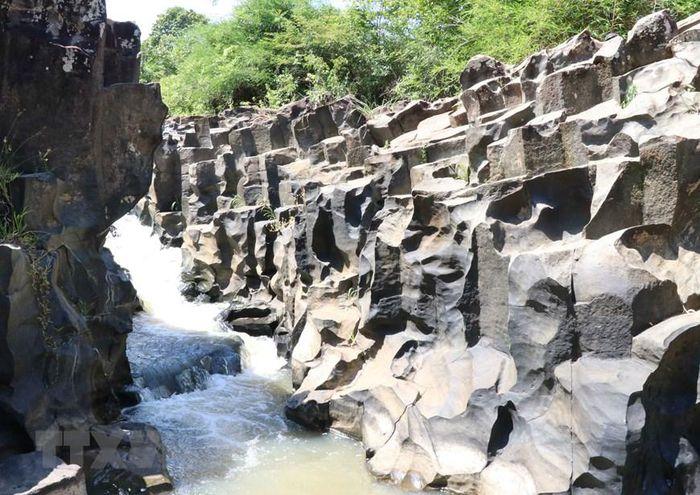 Phát hiện suối đá cổ trên 100 triệu năm tuổi tại Gia Lai