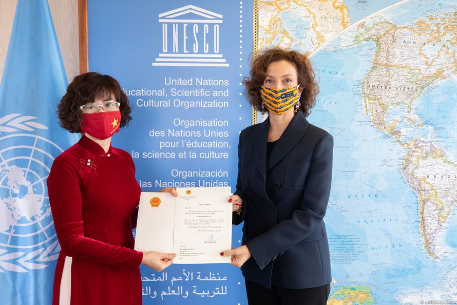 Đại sứ Việt Nam trình Thư ủy nhiệm lên Tổng Giám đốc UNESCO