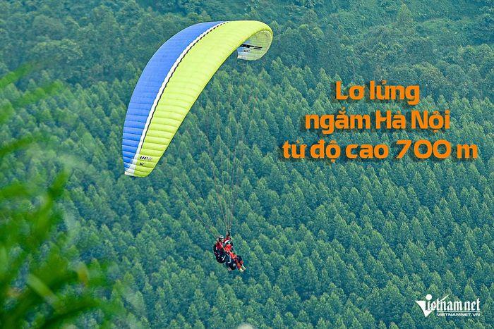 Du khách chi tiền triệu 'lượn' bầu trời, ngắm Hà Nội từ độ cao 700 mét