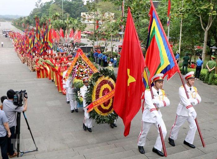 Chủ tịch nước Nguyễn Xuân Phúc dâng hương tưởng niệm các Vua Hùng