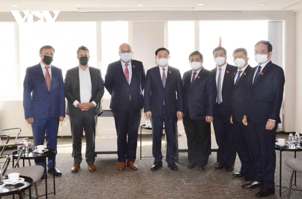Chủ tịch Quốc hội Vương Đình Huệ tiếp các doanh nghiệp ở châu Âu