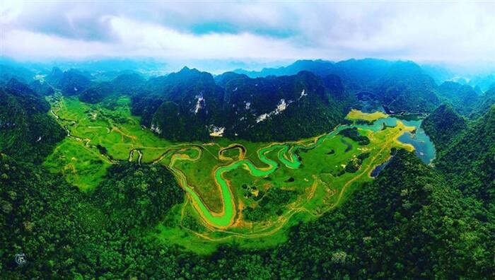 Gần Hà Nội có một thảo nguyên đổi cảnh theo mùa, xách ba lô đi ngay khi hết dịch