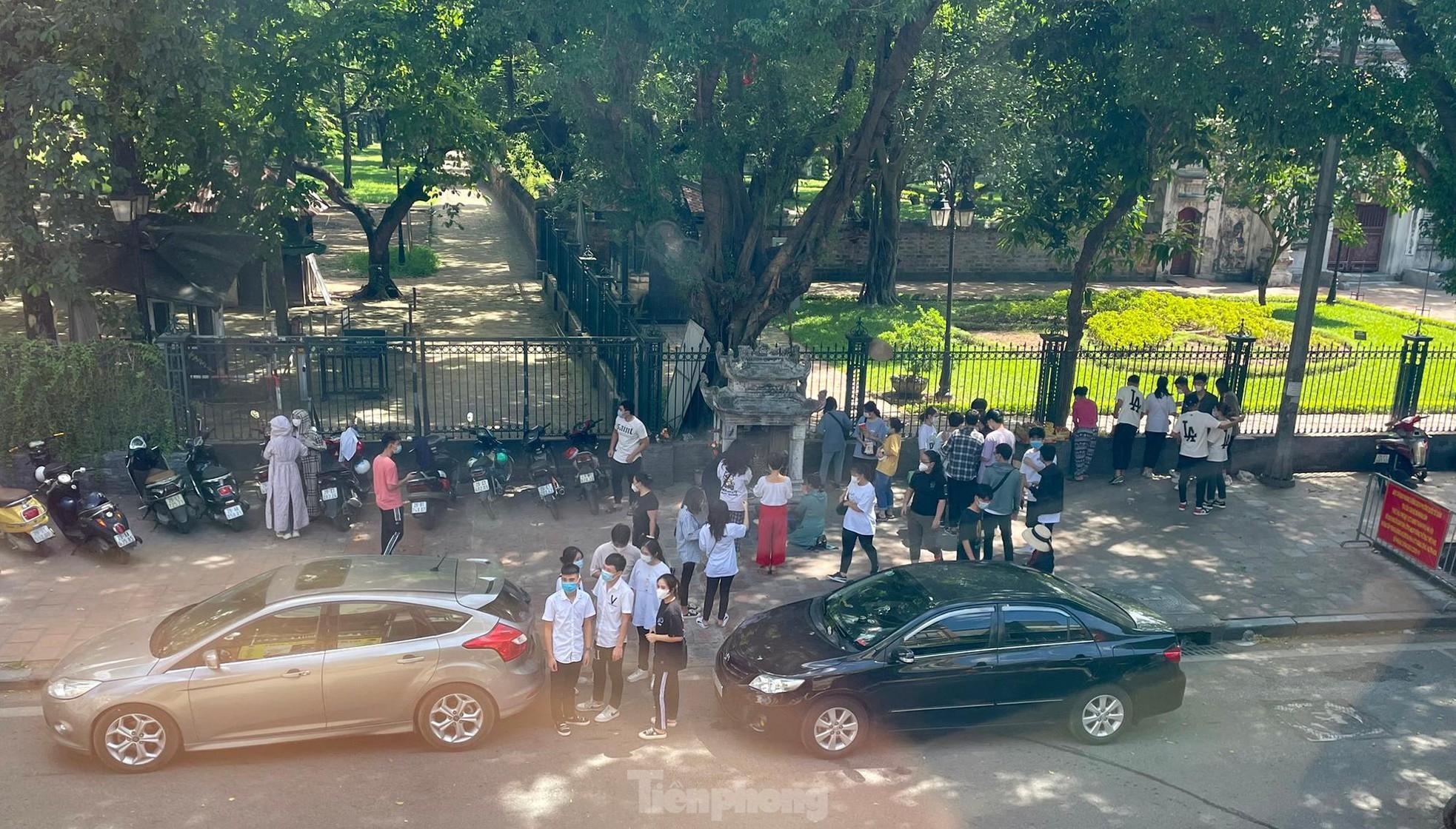 Hàng trăm sĩ tử đến Văn Miếu vái vọng cầu may trước ngày thi tốt nghiệp THPT